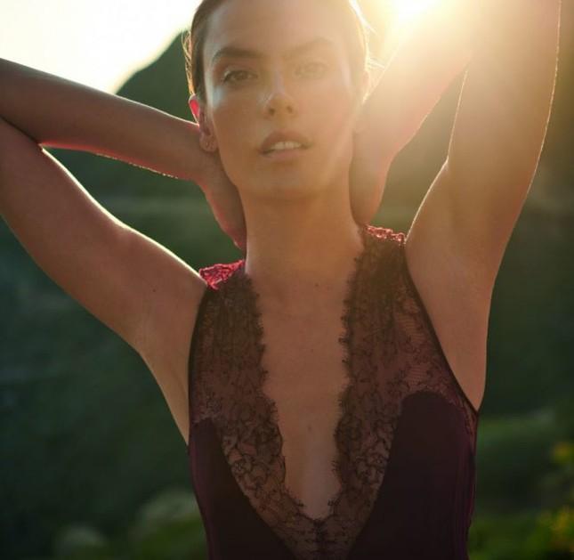Dáng thon hoàn hảo của mỹ nhân xứ Samba Alessandra Ambrosio ảnh 1