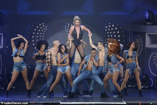 Britney Spears béo ú, eo 'bánh mì' vẫn mê mặc nội y diễn bốc lửa ảnh 9