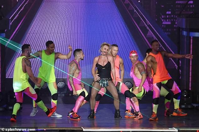 Britney Spears béo ú, eo 'bánh mì' vẫn mê mặc nội y diễn bốc lửa ảnh 8