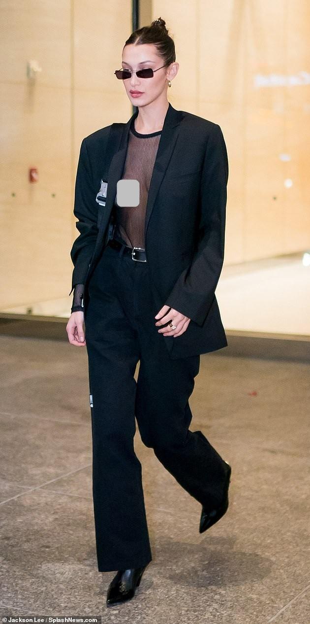 Bella Hadid lấp ló 'vòng 1' đi thử nội y ảnh 2
