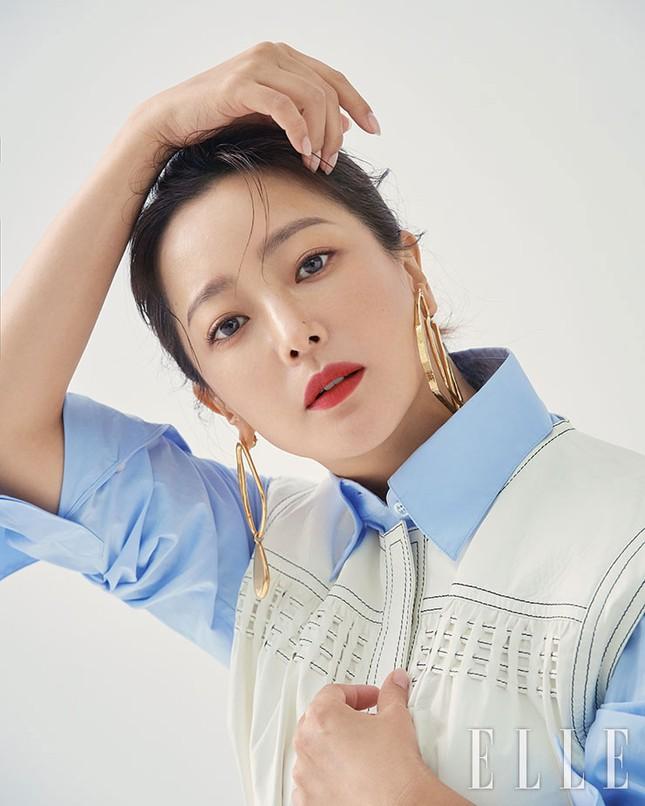 'Đệ nhất mỹ nhân xứ Hàn' Kim Hee Sun trẻ đẹp khó đoán tuổi ảnh 3