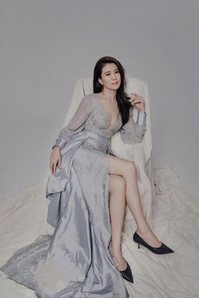 Hoa hậu Hồng Kông Viên Vịnh Nghi U50 sắc vóc siêu quyến rũ ảnh 1