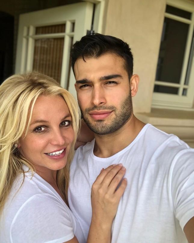 Britney Spears diện áo tắm khoe eo 'bánh mì', 'trồng cây chuối' trên biển ảnh 14