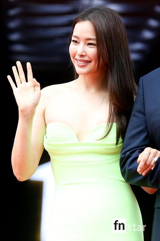 Kim Hye Soo ngực đầy đọ sắc nóng bỏng với Hoa hậu Hàn Quốc ảnh 16