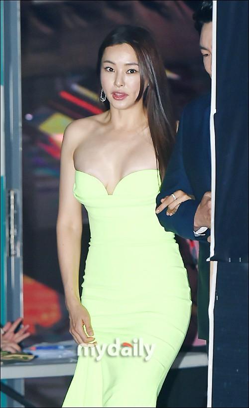Kim Hye Soo ngực đầy đọ sắc nóng bỏng với Hoa hậu Hàn Quốc ảnh 9