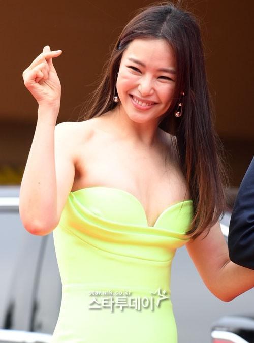 Kim Hye Soo ngực đầy đọ sắc nóng bỏng với Hoa hậu Hàn Quốc ảnh 14