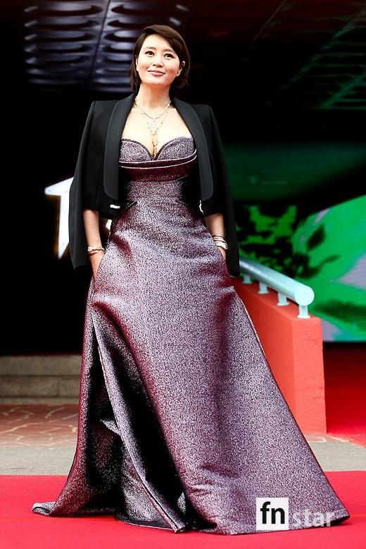 Kim Hye Soo ngực đầy đọ sắc nóng bỏng với Hoa hậu Hàn Quốc ảnh 2