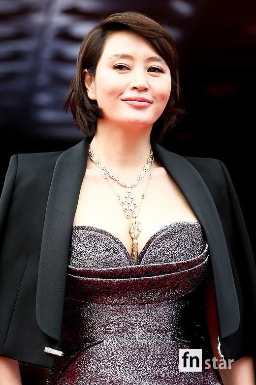 Kim Hye Soo ngực đầy đọ sắc nóng bỏng với Hoa hậu Hàn Quốc ảnh 4