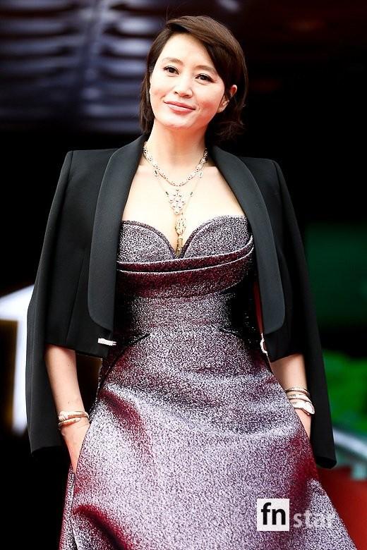 Kim Hye Soo ngực đầy đọ sắc nóng bỏng với Hoa hậu Hàn Quốc ảnh 5