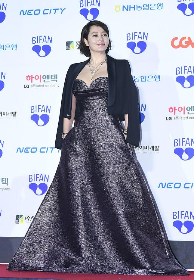 Kim Hye Soo ngực đầy đọ sắc nóng bỏng với Hoa hậu Hàn Quốc ảnh 8
