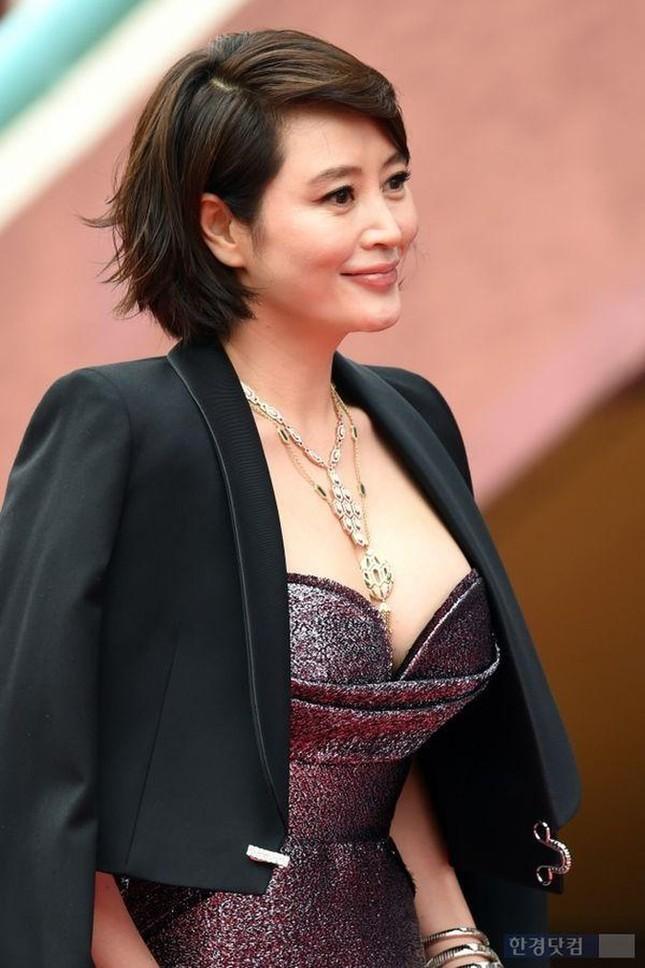 Kim Hye Soo ngực đầy đọ sắc nóng bỏng với Hoa hậu Hàn Quốc ảnh 6