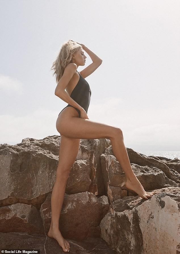 Người mẫu 9x Charlotte McKinney tạo dáng tựa nữ thần ảnh 3