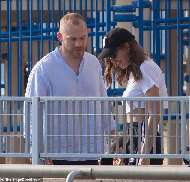 Irina Shayk ôm đàn ông lạ sau 6 tuần chia tay Bradley Cooper ảnh 2