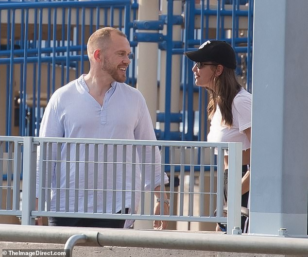Irina Shayk ôm đàn ông lạ sau 6 tuần chia tay Bradley Cooper ảnh 3
