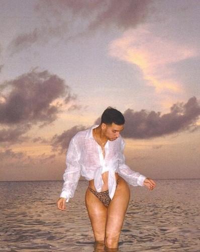 Dân mạng bất ngờ với thợ trang điểm nóng bỏng của em gái Kim Kardashian ảnh 10