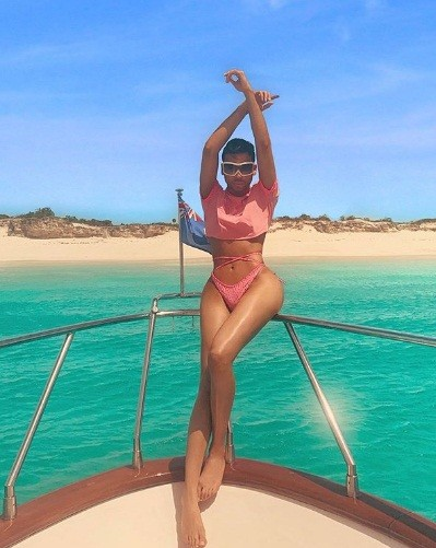 Dân mạng bất ngờ với thợ trang điểm nóng bỏng của em gái Kim Kardashian ảnh 8