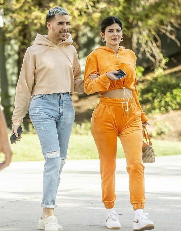 Dân mạng bất ngờ với thợ trang điểm nóng bỏng của em gái Kim Kardashian ảnh 6