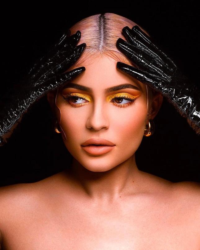 Dân mạng bất ngờ với thợ trang điểm nóng bỏng của em gái Kim Kardashian ảnh 2