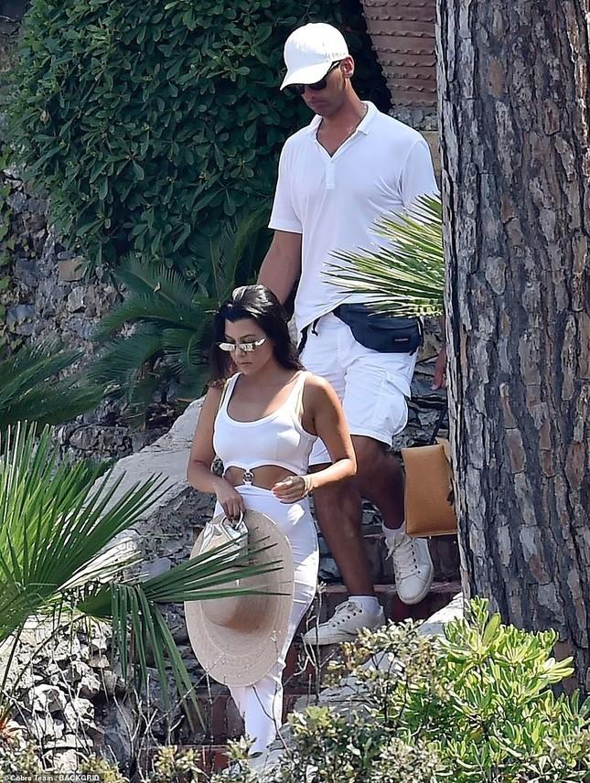 Mê mẩn dáng vóc nóng bỏng của chị cả 40 tuổi nhà Kim Kardashian ảnh 4