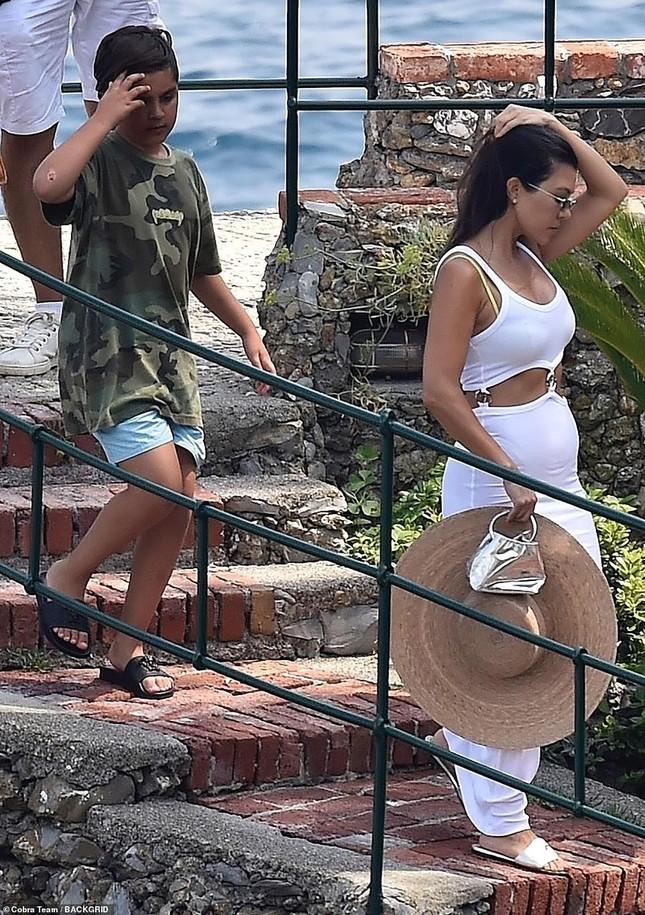 Mê mẩn dáng vóc nóng bỏng của chị cả 40 tuổi nhà Kim Kardashian ảnh 8