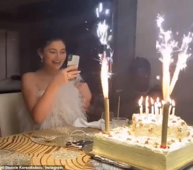 Cô út tỉ phú nhà Kardashian siêu nóng bỏng đón sinh nhật tuổi 22 ảnh 6