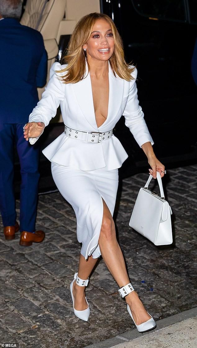 Jennifer Lopez 50 tuổi táo bạo khỏa thân trên bìa single mới ảnh 8