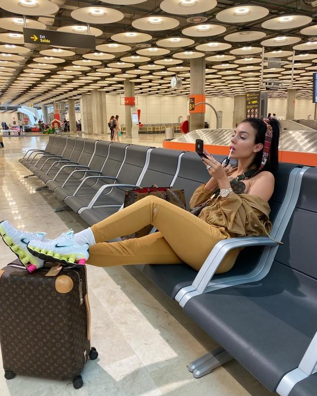 Bạn gái Ronaldo quyến rũ với đầm xẻ cao 'bất tận' ở Thượng Hải ảnh 12