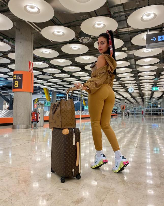 Bạn gái Ronaldo quyến rũ với đầm xẻ cao 'bất tận' ở Thượng Hải ảnh 13