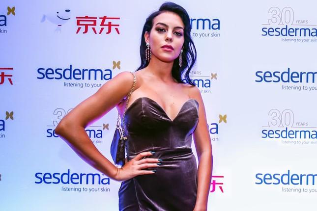 Bạn gái Ronaldo quyến rũ với đầm xẻ cao 'bất tận' ở Thượng Hải ảnh 1