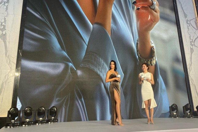 Bạn gái Ronaldo quyến rũ với đầm xẻ cao 'bất tận' ở Thượng Hải ảnh 5