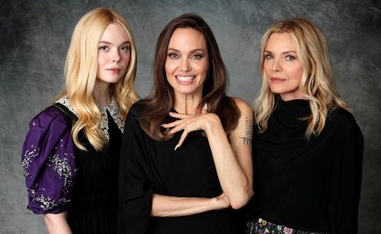 'Tiên hắc ám' Angelina Jolie đọ sắc nàng thơ 9x Elle Fanning ảnh 1