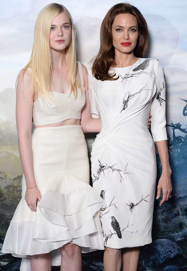 'Tiên hắc ám' Angelina Jolie đọ sắc nàng thơ 9x Elle Fanning ảnh 2