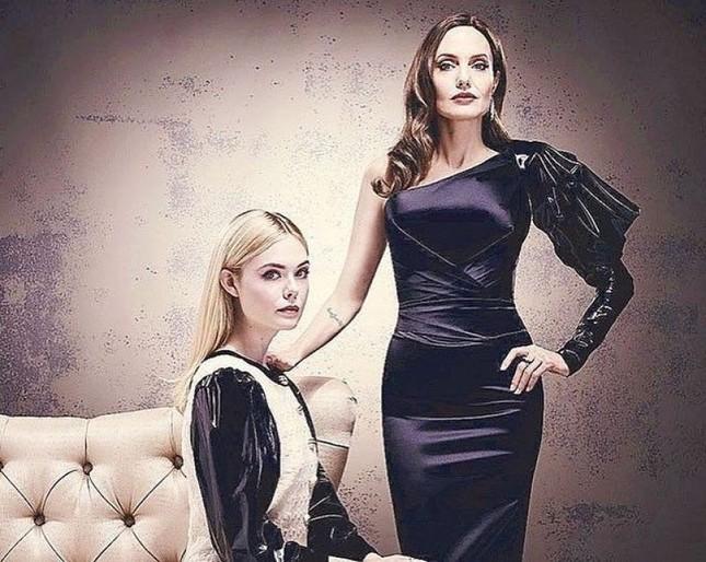 'Tiên hắc ám' Angelina Jolie đọ sắc nàng thơ 9x Elle Fanning ảnh 7