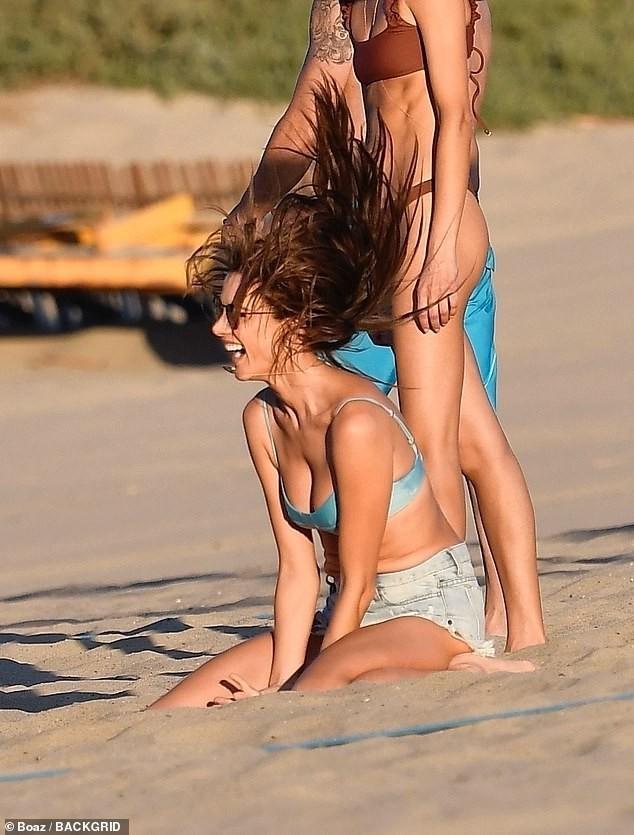 Alessandra Ambrosio mặc bikini chơi bóng chuyền hăng say trên biển ảnh 5