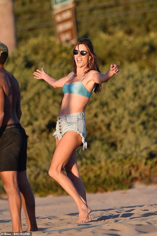 Alessandra Ambrosio mặc bikini chơi bóng chuyền hăng say trên biển ảnh 1