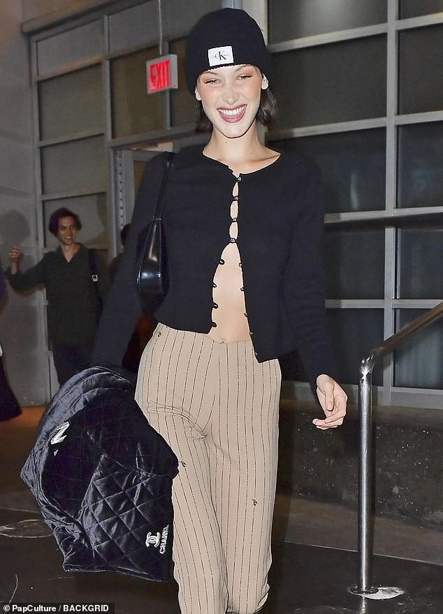 Bella Hadid 'thả rông' ngực trên Vogue ảnh 12