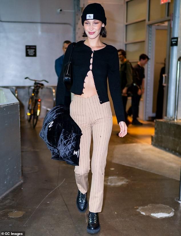 Bella Hadid 'thả rông' ngực trên Vogue ảnh 13