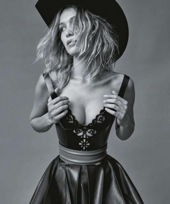 Bella Hadid 'thả rông' ngực trên Vogue ảnh 2