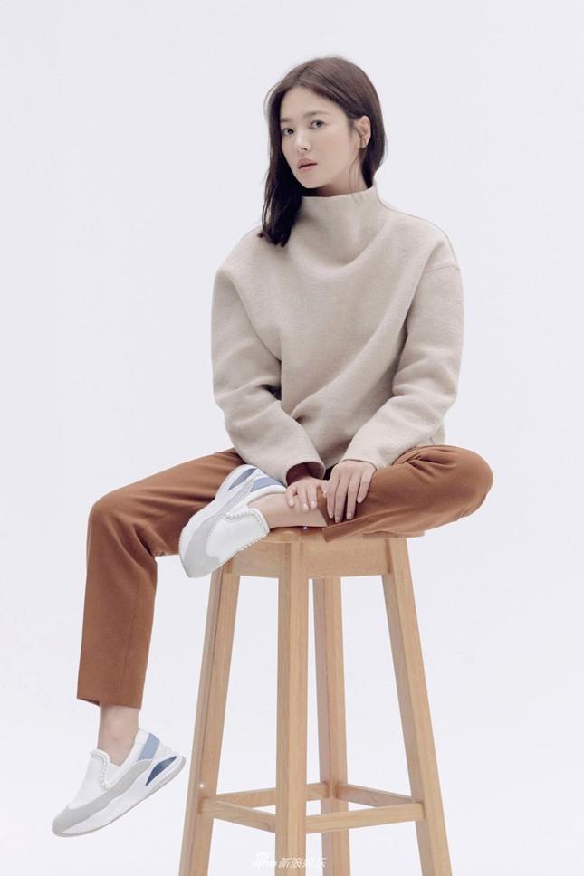 Song Hye Kyo trang điểm sương sương, 'lên đồ' cực chất ảnh 9