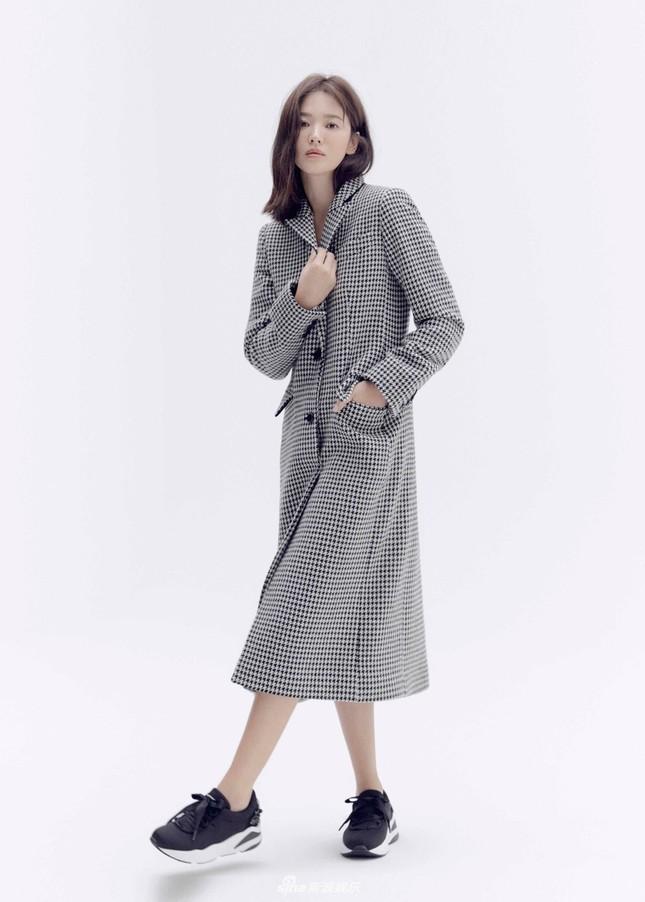 Song Hye Kyo trang điểm sương sương, 'lên đồ' cực chất ảnh 7