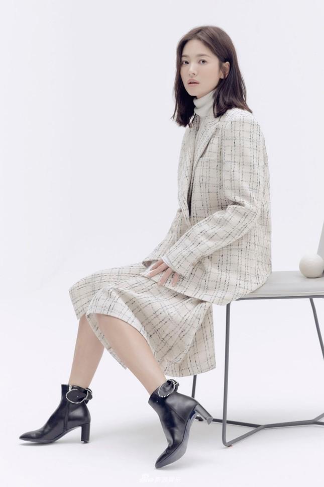 Song Hye Kyo trang điểm sương sương, 'lên đồ' cực chất ảnh 2