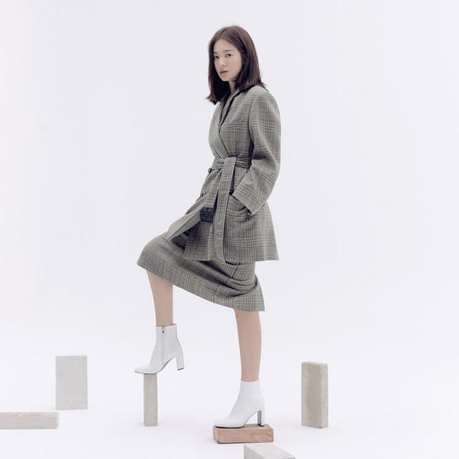 Song Hye Kyo trang điểm sương sương, 'lên đồ' cực chất ảnh 12