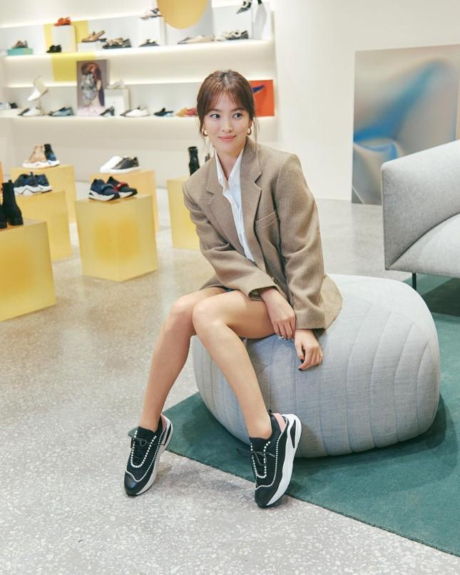 Song Hye Kyo trang điểm sương sương, 'lên đồ' cực chất ảnh 15