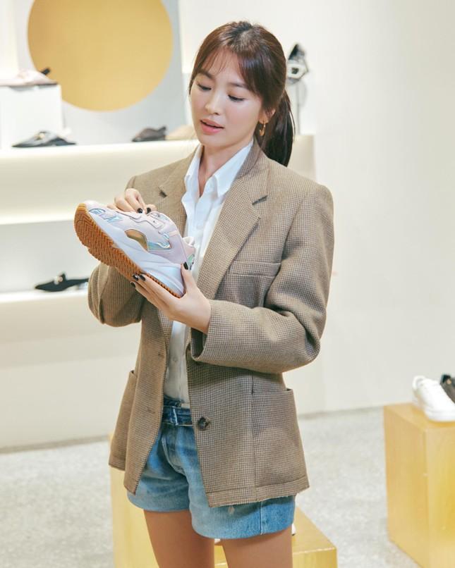 Song Hye Kyo trang điểm sương sương, 'lên đồ' cực chất ảnh 16