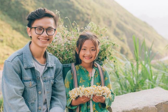 Cô bé xinh xắn bán hoa ven đường ở Hà Giang bất ngờ nổi tiếng ảnh 1