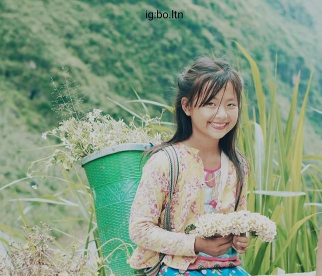 Cô bé xinh xắn bán hoa ven đường ở Hà Giang bất ngờ nổi tiếng ảnh 2