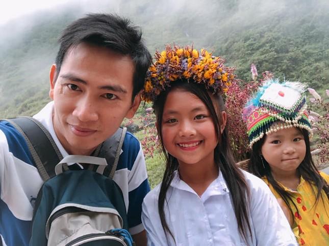 Cô bé xinh xắn bán hoa ven đường ở Hà Giang bất ngờ nổi tiếng ảnh 3