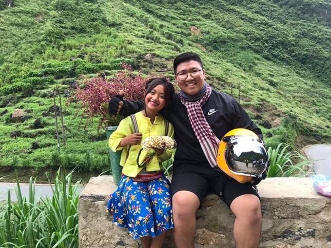Cô bé xinh xắn bán hoa ven đường ở Hà Giang bất ngờ nổi tiếng ảnh 4