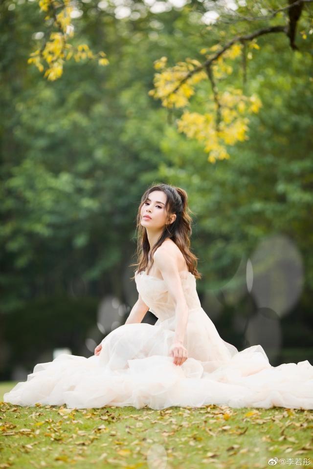 'Tiểu Long Nữ' Lý Nhược Đồng mặc váy cô dâu trẻ trung bất ngờ ảnh 1