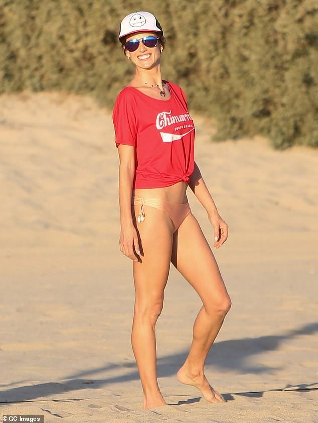 Alessandra Ambrosio mặc gợi cảm chơi bóng chuyền bãi biển ảnh 1